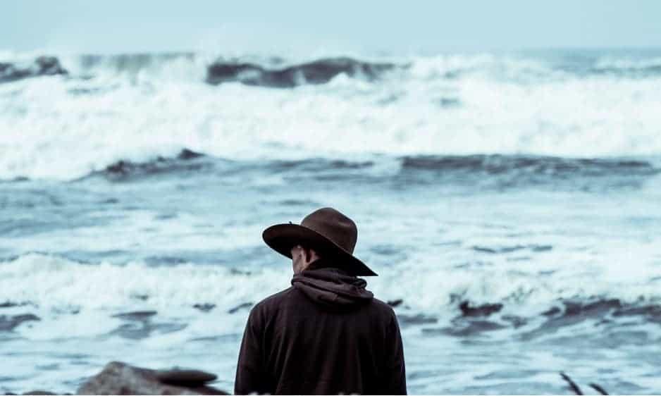 ragazzo guarda il mare - limiti per il successo